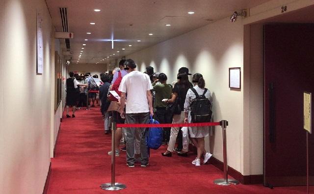 一幕見席:歌舞伎座4階、番号順に整列