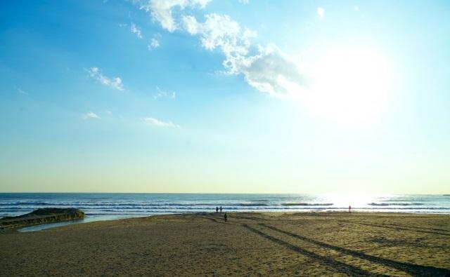 「浜辺の歌」の歌詞の意味を解説。現代語訳と品詞分解つき。